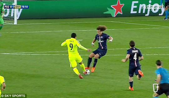 Những pha vào bóng ngớ ngẩn của Luiz với Suarez