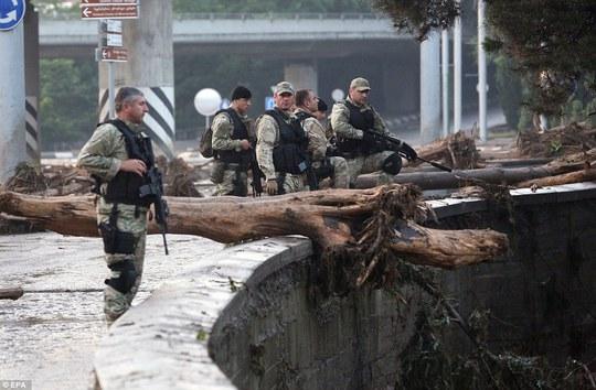 Lực lượng an ninh được triển khai ở Tbilisi sau trận lũ. Ảnh: EPA