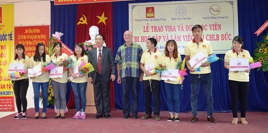 Đại diện Tổng Lãnh sự quán CHLB Đức tại TP HCM trao Visa cho học viên