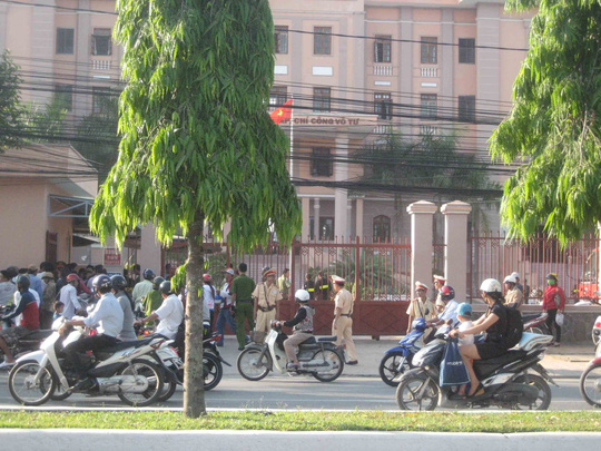 Lực lượng cảnh sát bảo vệ trước cổng TAND TP Cần Thơ