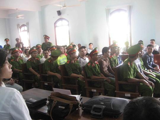 Lực lượng công an bảo vệ bên trong phòng xử án