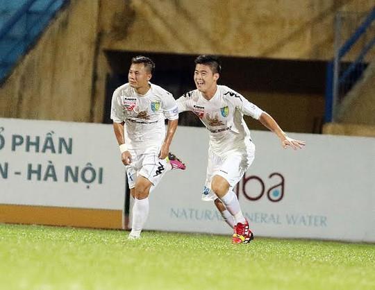 Thành Lương (trái) ăn mừng bàn thắng