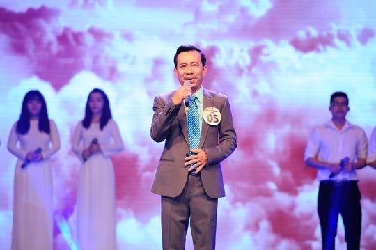 Thí sinh Đinh Văn Long trình diễn phần đơn ca