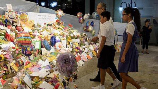 Người dân có mặt tại Bệnh viện đa khoa Singapore sau khi hay tin ông Lý Quang Diệu qua đời. Ảnh: The Straits Times