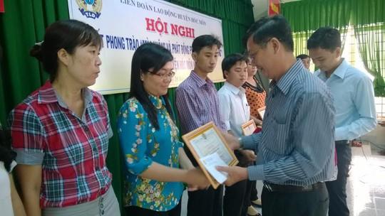 Leg: Ông Lý Hồng Sơn, phó trưởng ban Chính sách- pháp luật LĐLĐ TP HCM tặng bằng khen cho các tập thể xuất sắc