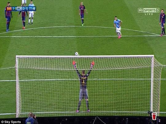 Mascherono chỉ tay hướng bóng sẽ đi trước khi Aguero sút