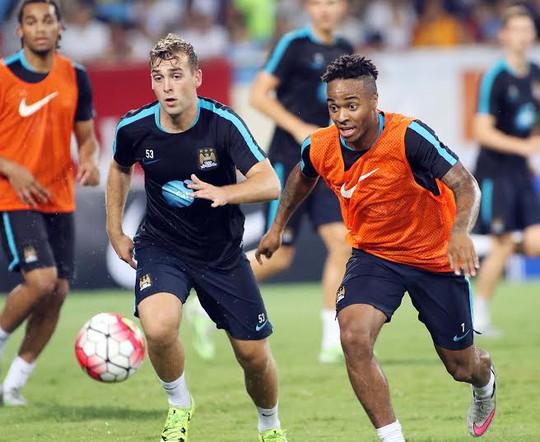 Sterling (phải) lần thứ hai sang Việt Nam. Lần đầu anh sang VIệt Nam vào năm 2009 với tư cách là cầu thủ trẻ của Liverpool