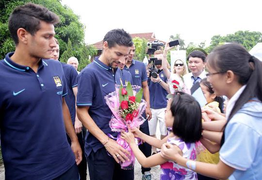 Một em nhỏ làng SOS tặng hoa cho Navas
