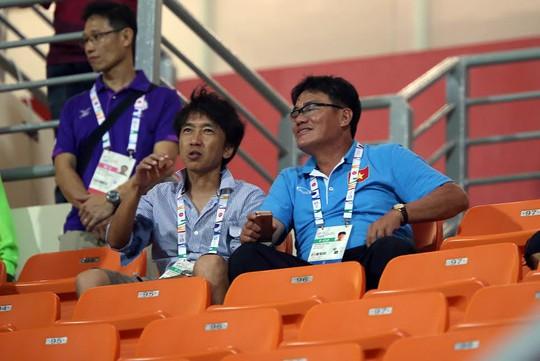 HLV Miura và trưởng đoàn Dương Vũ Lâm nghiên cứu U23 Malaysia