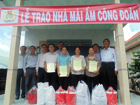 Ông Nguyễn Hữu Hùng, Chủ tịch CĐ Giáo dục TP HCM, trao Mái ấm Công đoàn cho các gia đình CB-CNV