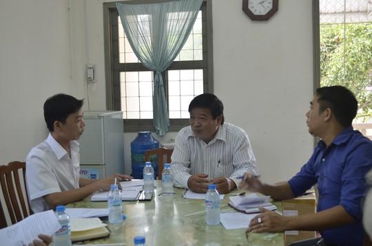 Ông Mai Thanh Hùng, Phó Giám đốc Sở Y tế tỉnh Vĩnh Long (giữa), cung cấp thông tin cho các phóng viên về vụ việc