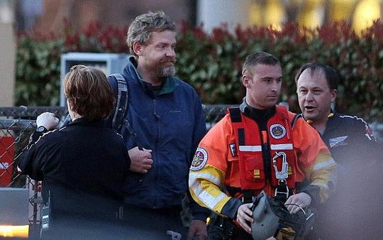 Louis Jordan, (áo xanh) được đưa đến bệnh viện bằng trực thăng. Ảnh: AP