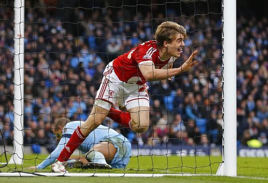 Tiền đạo Bamford sau bàn mở tỉ số cho Middlesbrough trên sân Etihad của Man City