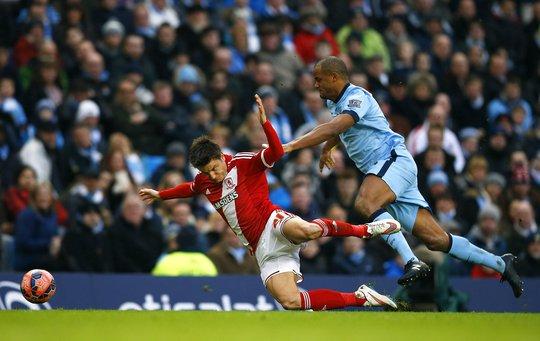 Trung vệ Kompany (phải) của Man City vất vả trước các cầu thủ Middlesbrough sung mãn