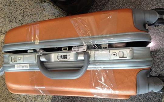 Minh họa về một vali hành lý bị mở trộm
