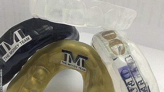 Bộ bảo vệ răng được cẩn vàng, kim cươgn và cả tờ 100 USD của Mayweather