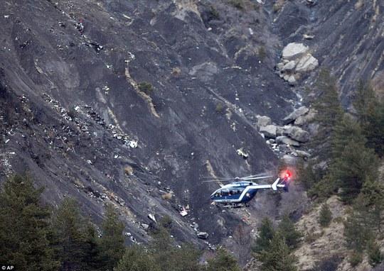 Một trực thăng cứu hộ bay trên hiện trường vụ rơi máy bay. Ảnh: AP
