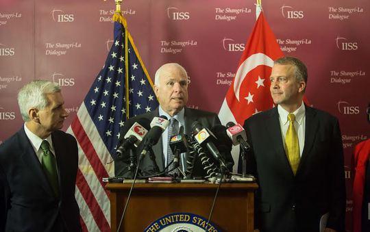 Thượng nghị sĩ John McCain và các thành viên Ủy ban Quân vụ Thượng viện Mỹ tại cuộc họp báo bên lề Shangri-la. Ảnh: THANH TUẤN