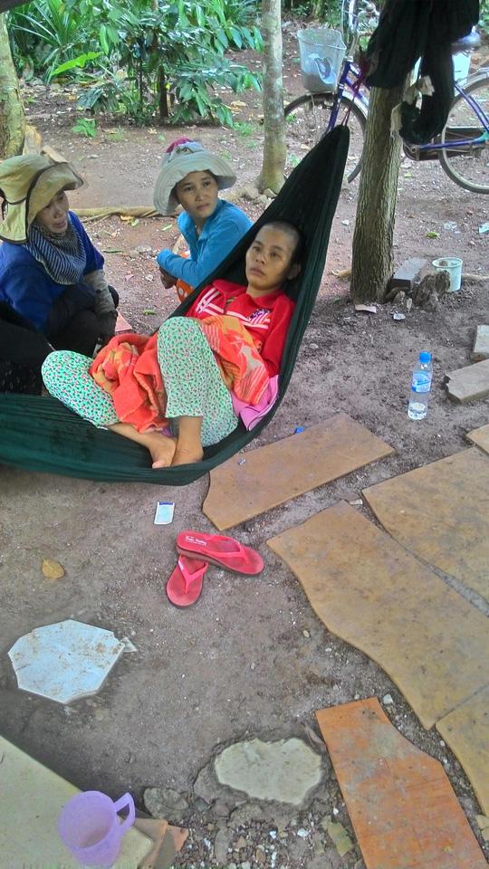 Nguyễn Thị Bé Đào nằm điều trị trúng độc tại nhà sau khi gây ra vụ án thương tâm