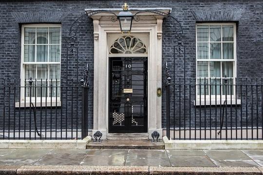 Hình bóng nghệ thuật của một chú mèo vừa chạy qua cánh cửa tòa nhà số 10 của Thủ tướng Anh