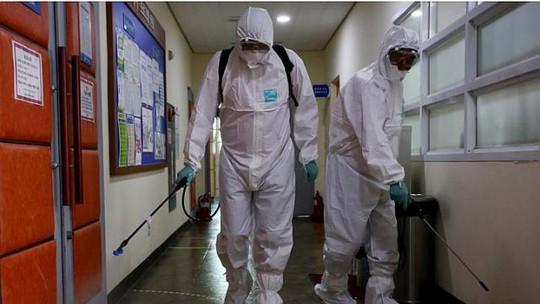 Công nhân Hàn Quốc khử trùng ở Phòng Trưng bày nghệ thuật Sowol ở thủ đô Seoul hôm 12-6 Ảnh: Bloomberg