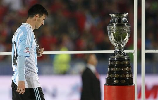Messi rất buồn khi lên bục nhận giải