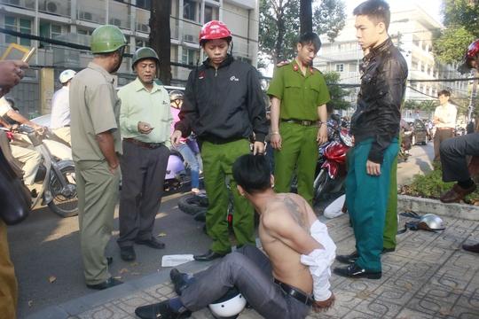 Một trong hai tên cướp bị người dân bắt tại hiện trường
