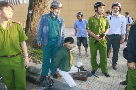 Người đàn ông mặc áo sáng (bìa phải) là nạn nhân của nhóm cướp