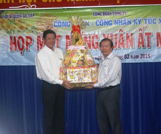 Ông Nguyễn Việt Cường (bìa phải), Phó Chủ tịch LĐLĐ TP HCM, tặng quà Têt cho ban giám đốc Công ty Huê Phong