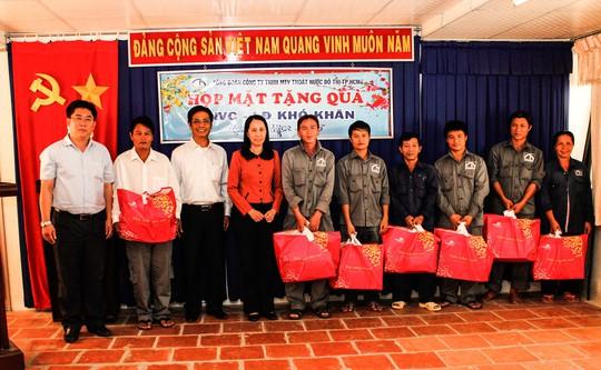 Lãnh đạo Công ty TNHH MTV Thoát nước Đô Thị TP HCM, tặng quà Tết cho CN khó khăn