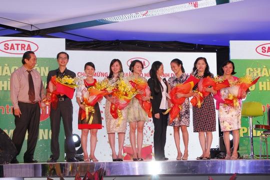 Lãnh đạo SATRA tặng hoa cho các doanh chủ kinh doanh tại Centre Mall