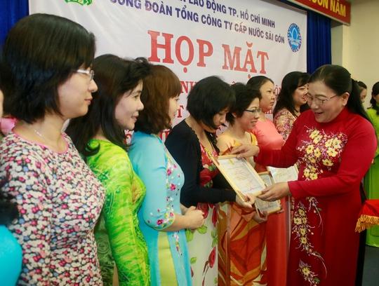 Bà Nguyễn Thị Bích Thủy, Phó Chủ tịch LĐLĐ TP HCM, trao giấy khen cho các tập thể xuất sắc tại Sawaco