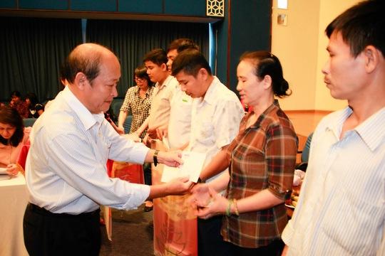 Đại diện Ngân hàng Đông Á, tặng quà cho công nhân khó khăn trong chương trình Cùng công nhân vượt khó