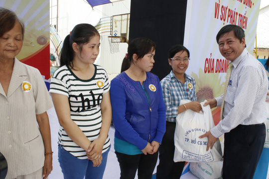 Ông Trần Thanh Hải, Phó Chủ tịch Thường trực Tổng LĐLĐ Việt Nam, tặng quà cho nữ CNVC-LĐ khó khăn