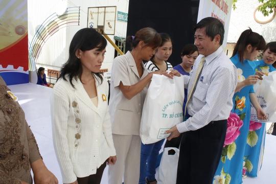 Ông Trần Thanh Hải, Phó Chủ tịch Thường trực Tổng LĐLĐ Việt Nam, tặng quà cho công nhân khó khăn ẢNH: KHÁNH AN