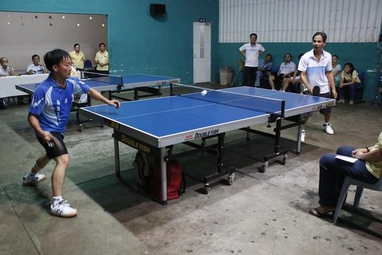 Các vận động viên bóng bàn thi đấu tại hội thao do Công đoàn và Đoàn Thanh niên Sở GTVT TP HCM tổ chức