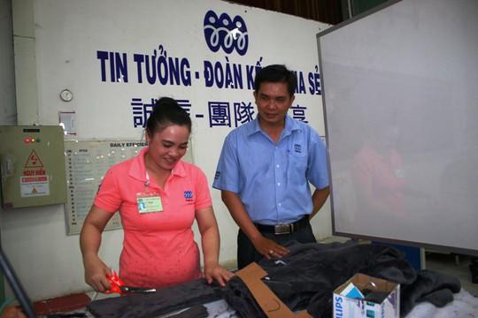 Ông Lê Trần Thanh Hải, Chủ tịch Công ty Triple Việt Nam, thăm hỏi công nhân