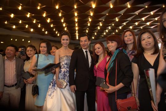 Trần Bảo Sơn và đoàn phim chụp hình với khán giả