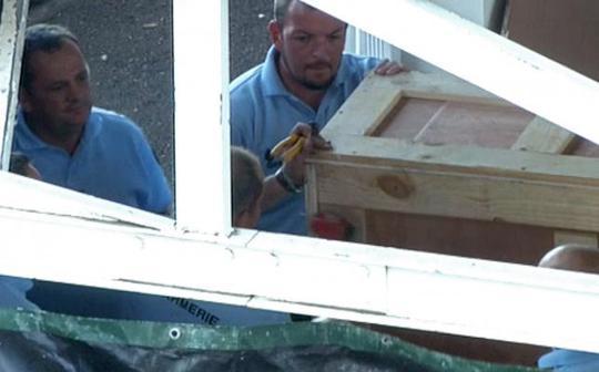Thùng gỗ được cho là đựng mảnh vỡ tại sân bay Saint-Denis trên đảo Reunion hôm 31-7 Ảnh: Reuters
