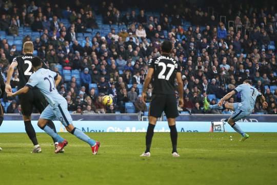 Milner gh bàn thắng quý như vàng cho Man City