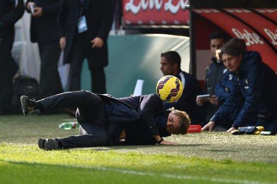 HLV Mancini ngã lăn sau khi lĩnh trọn cú sút của học trò Ảnh: Mirror