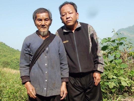 Gia đình cha truyền con nối trông coi cột mốc biên giới, cụ Lâu Văn Hự (bìa trái) cùng con trai trong một chuyến đi kiểm tra cột mốc