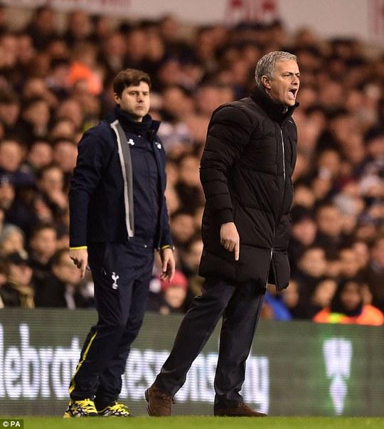 HLV Mourinho phản ứng khi Hazzard té ngã trong vòng cấm ở phút 75 nhưng không được hưởng phạt điền
