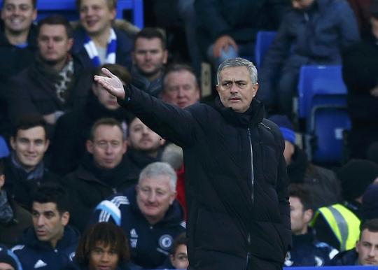 HLV Mourinho dù bị cảnh cáo nhiều lần vẫn không bỏ thói chỉ trích trọng tài