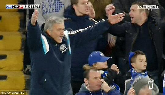 HLV Mourinho của Chelsea phản ứng quyết định của trọng tài sau pha bóng trên