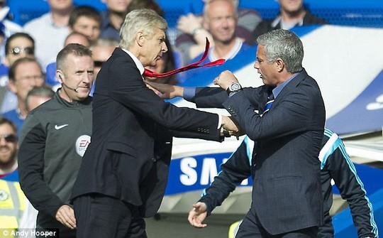 HLV Mourinho và ông Wenger từng tranh cãi nhau dữ dội trong lần đối đầu trước đây