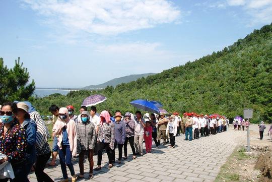 Thời tiết Quảng Bình nắng nóng nhưng dòng người xếp hàng viếng Đại tướng rất đông