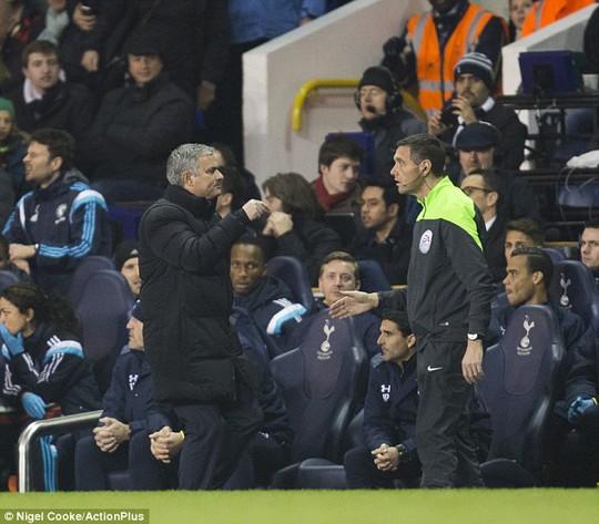 Ông Mourinho nói chuyện với trọng tài thứ bàn