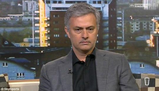 HLV Mourinho: Cú vào bóng triệt hạ Matic là tội ác