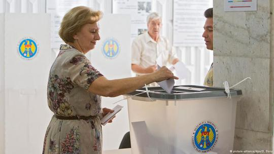Cử tri Moldova tham gia cuộc bầu cử địa phương hôm 14-6. Ảnh: DPA